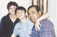 Алан Дзагоев с папой Тариэлом и мамой Ляной.