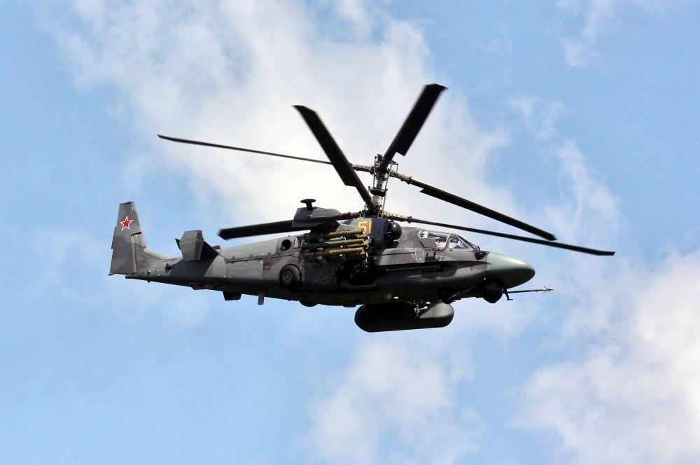 Ка-52 «Аллигатор». Двухместная модификация «Черной акулы» уникальна тем, что пилоты располагаются не друг за другом, а рядом, что позволяет лучше поддерживать контакт. Всего на вооружении ВВС РФ находится 14 машин.