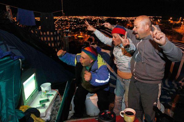 На открытом воздухе болельщики собираются и в Чили. Жители страны предпочитают выбираться в какое-нибудь живописное место и устроить пикник перед телевизором.