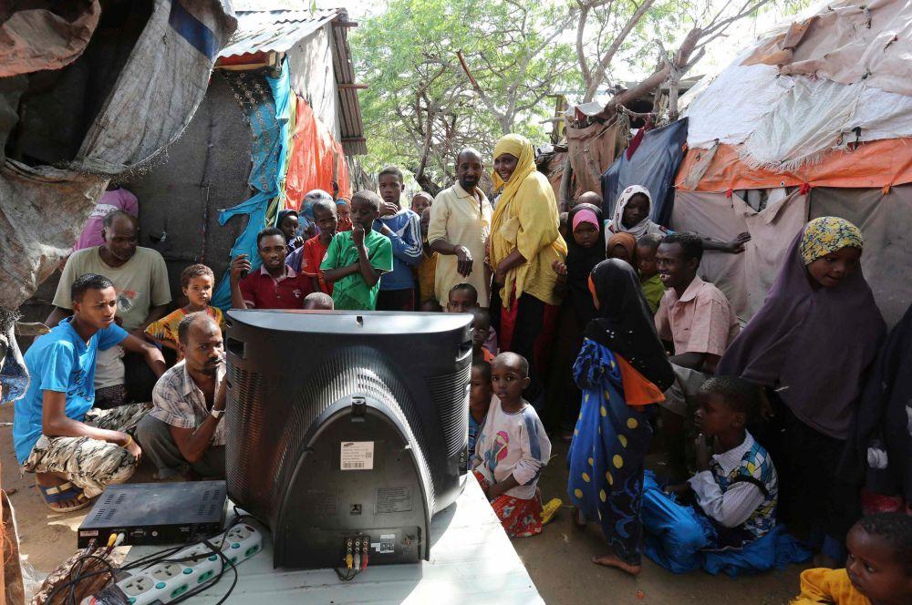 В Сомали, чтобы посмотреть игры чемпионата, люди собираются вокруг телевизора прямо на улице. Учитывая сложную экономическую ситуацию в стране, позволить себе телевизор может далеко не каждая семья и для многих такой способ просмотра – единственный.