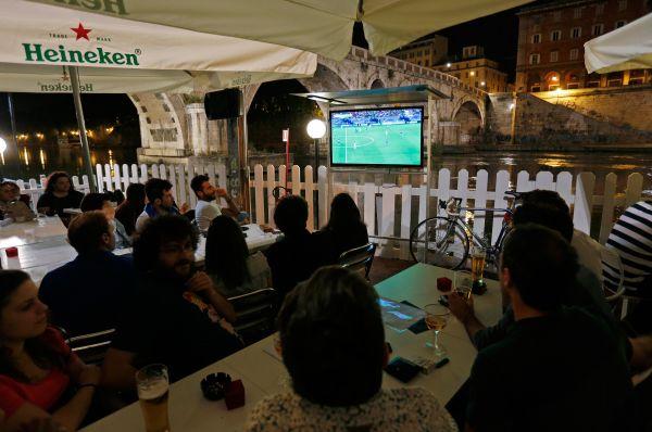 В Италии телевизоры установлены во всех кафе и летних верандах, при этом устраивающие показы матчей заведения работают до глубокой ночи – до момента окончания последнего матча.