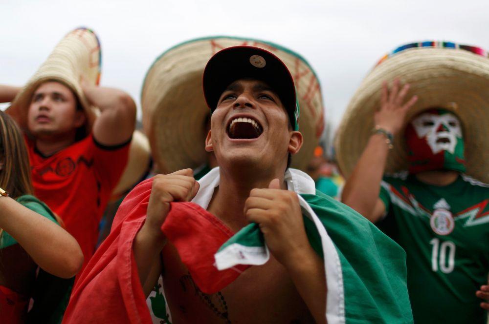 В Мексике большой популярностью пользуются установленные на улицах огромные экраны. Болельщики приходят сюда в фанатских футболках, с флагами и прочими зрительскими атрибутами, воссоздавая у себя атмосферу стадиона.