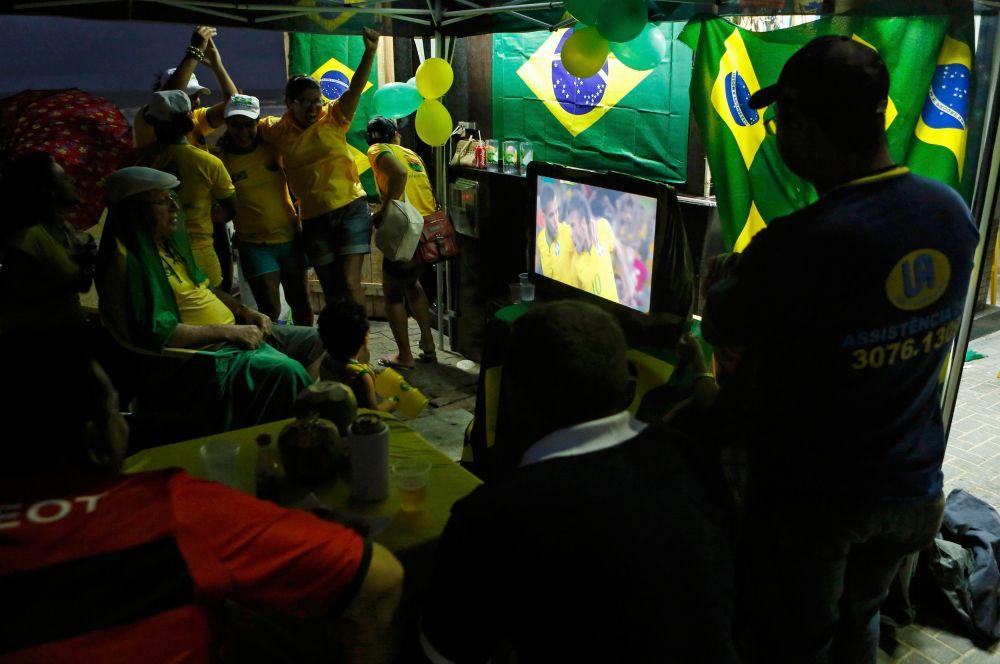 В самой Бразилии футболом пропитан каждый сантиметр страны, зоны для просмотра матчей организовывают даже на пляжах. В данный момент в Бразилии избежать хотя бы телевизионной трансляции игр просто невозможно.