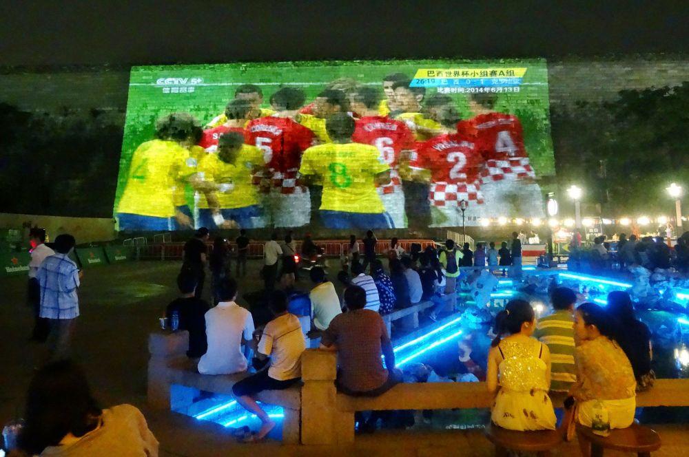 Другие страны размерами экрана перещеголял Китай – здесь для болельщиков установлены экраны площадью в тысячу квадратных метров, а для освещения территорий для просмотра игр используется по полтора десятка прожекторов.