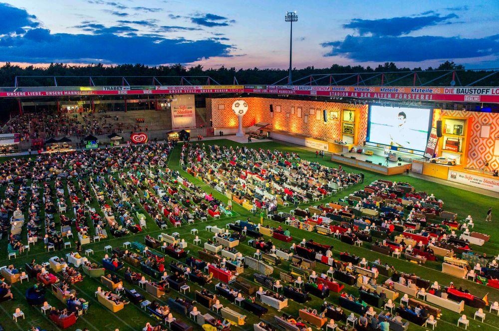 В Германии для болельщиков, решивших не ехать в Бразилию, почти на всех крупных площадях установлены большие экраны – довольно большое количество немцев собирается на открытом воздухе, чтобы посмотреть на игру своих соотечественников, считающихся одними из фаворитов «мундиаля».