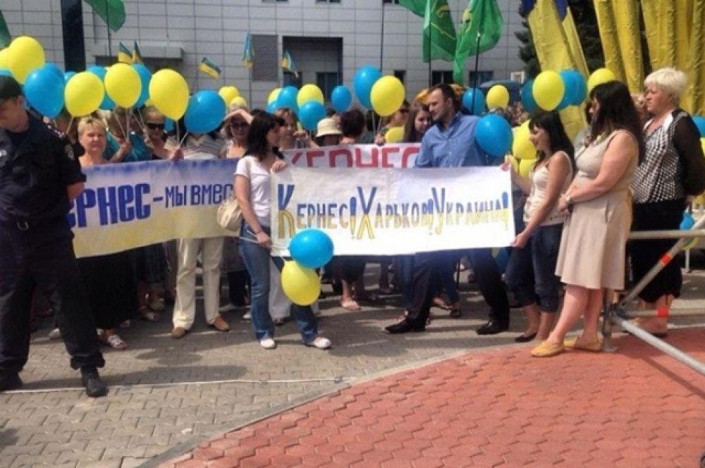 Геннадия Кернеса в Харькове встретили с плакатами и украинской символикой