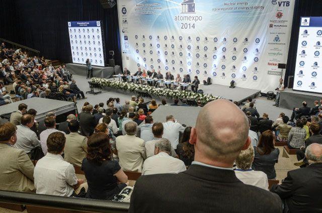 Делегаты на VI Международном форуме по атомной энергетике «Атомэкспо-2014» в Гостином Дворе.