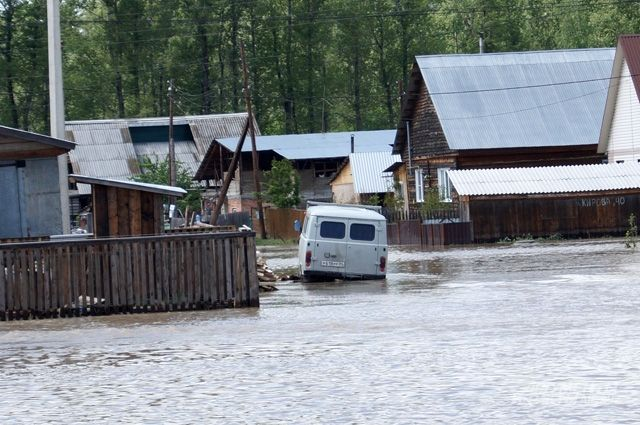 Спасатели снабжают тех, кто остался в зонах затопления продуктами и медикаментами.