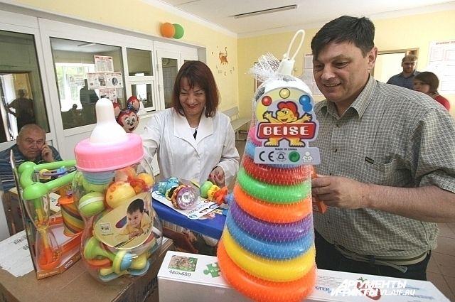 Подарки детям от «Пикника» привезли приморские журналисты.