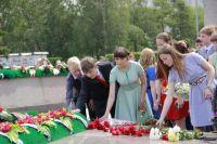 Традиционно программа Губернаторского бала начинается с возложения цветов к мемориалу.
