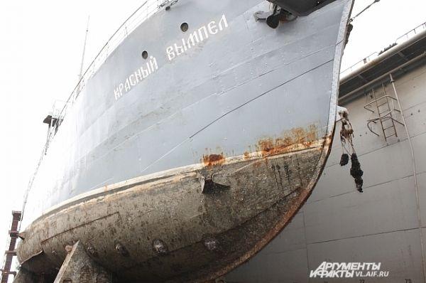 Таким корабль-музей зашёл в док.
