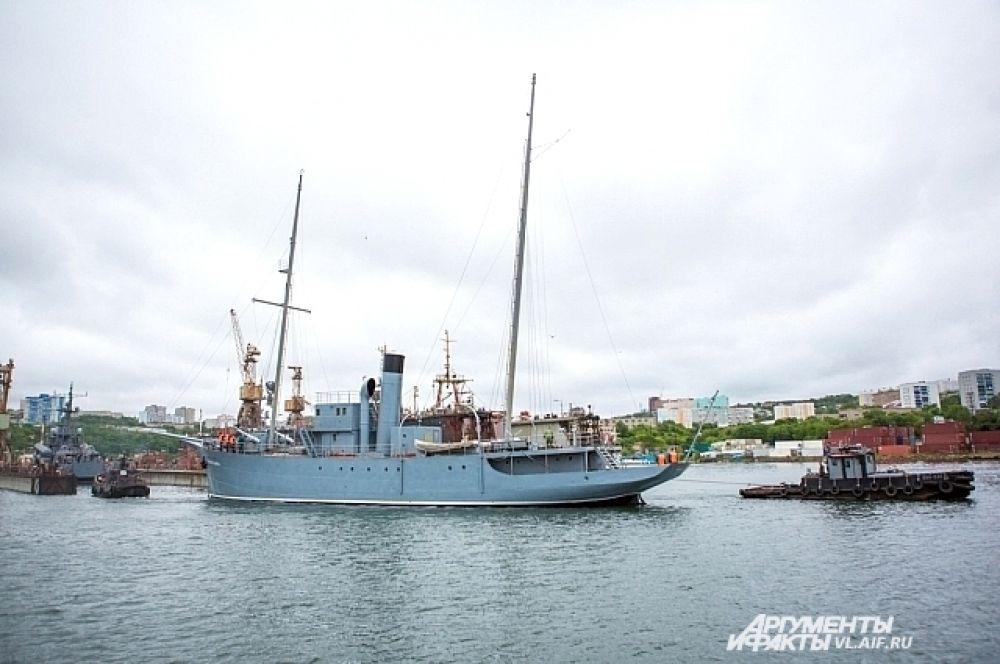 Корабль буксируют к доку для продолжения ремонта.