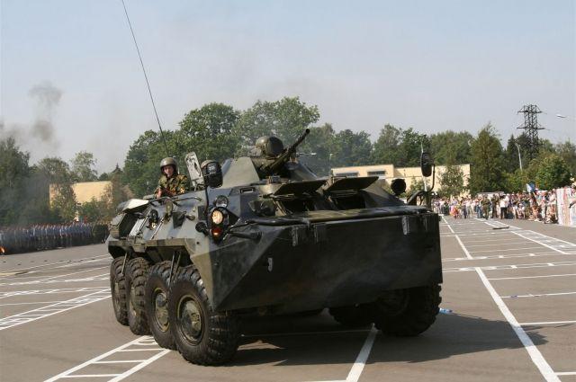 БТР на плацу воинской части.