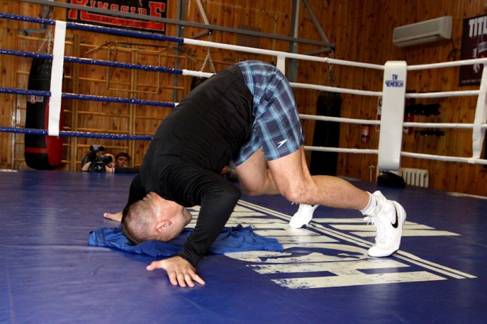 Боксер Макс Бурсак разминает шею