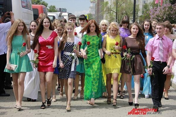 Цвета платьев как и врошлом году самые неожиданные.