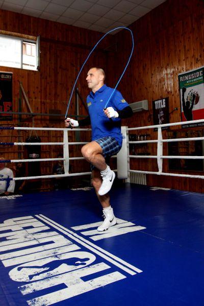 Боксер Макс Бурсак прыгает на скакалке