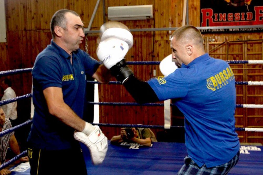 Боксер Макс Бурсак пробивает удары по лапам
