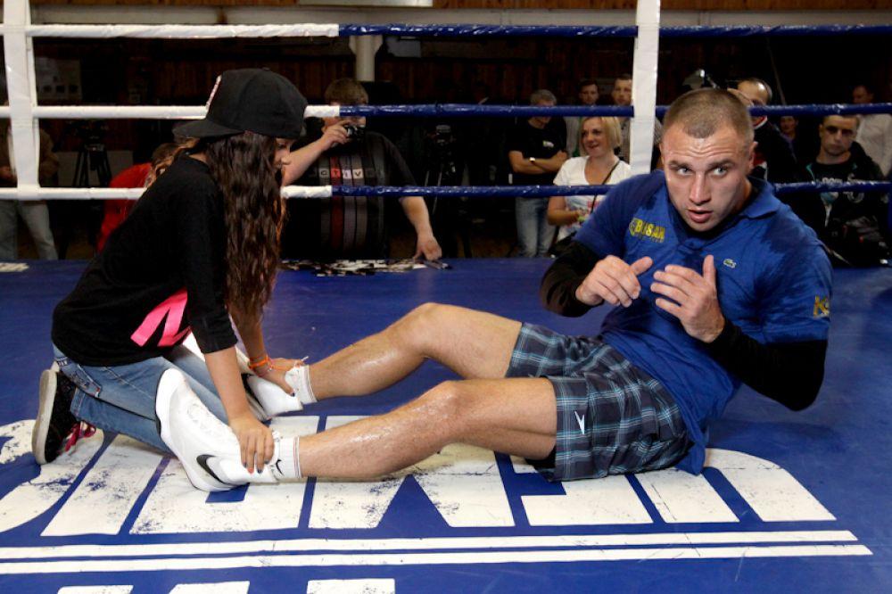 Боксер Макс Бурсак качает пресс