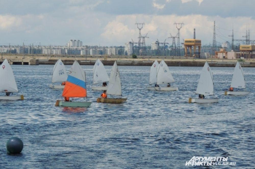 На заднем фоне виднеются шлюзы Волжской ГЭС.