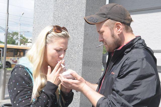Курящих людей на улице меньше не стало.