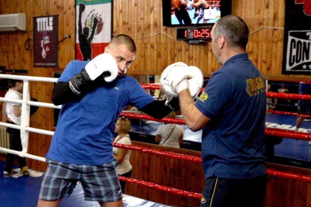 Боксер Макс Бурсак показывает нижний удар в печень