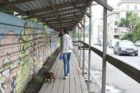 Забор, отделяющий стройку от Светланской, стал украшением улицы.