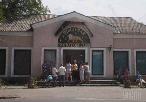 Беженцы из Славянска стоят в очереди за гуманитарной помощью в Святогорске