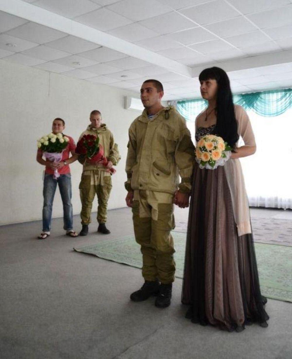 На свадебный рушник молодожены становились в сопровождении боевых побратимов-десантников