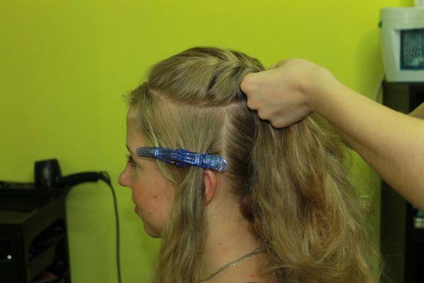 Из волос на макушке сплести косичку «рыбий хвост».
