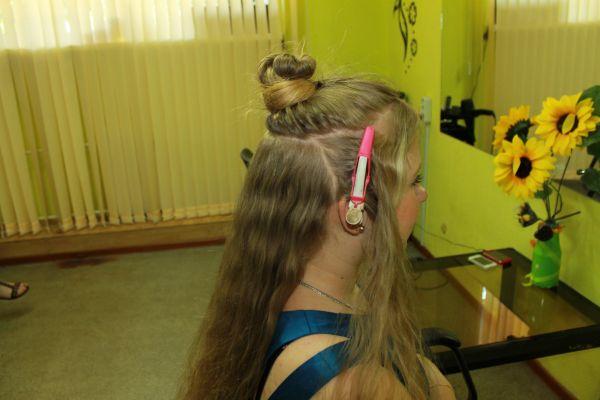 Разделяем волосы на четыре части.