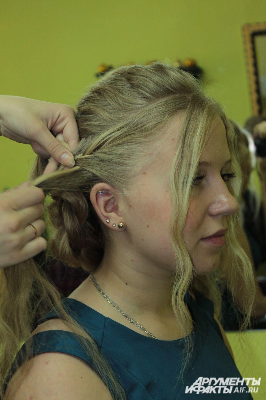 Из волос, которые остались по бокам, отделить маленькие прядки.
