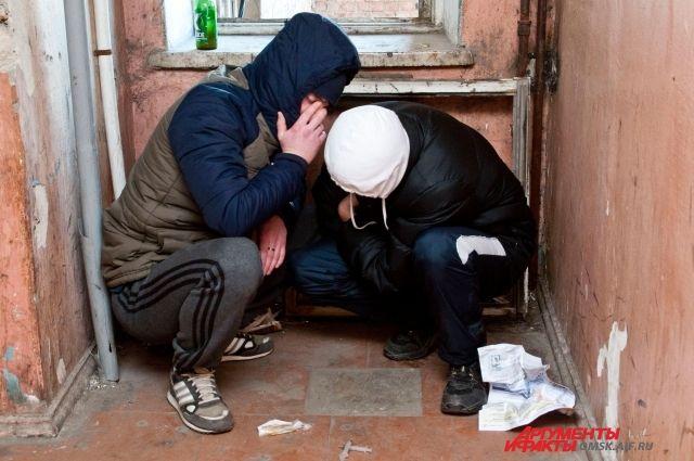 Наркоманы обычно пытаются скрыться от посторонних глаз, но в любой момент их поступки могут стать непредсказуемыми.