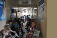 Та самая поликлиника: очереди на приём не иссякают