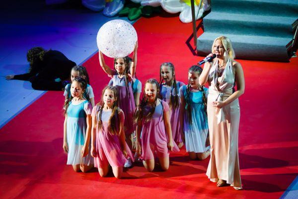 Дети исполнили танец под песню о птицах в исполнении Юлии Мицкой.
