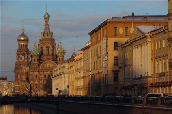 Спас-на-Крови построен в «русском стиле», несколько напоминает московский собор Василия Блаженного.