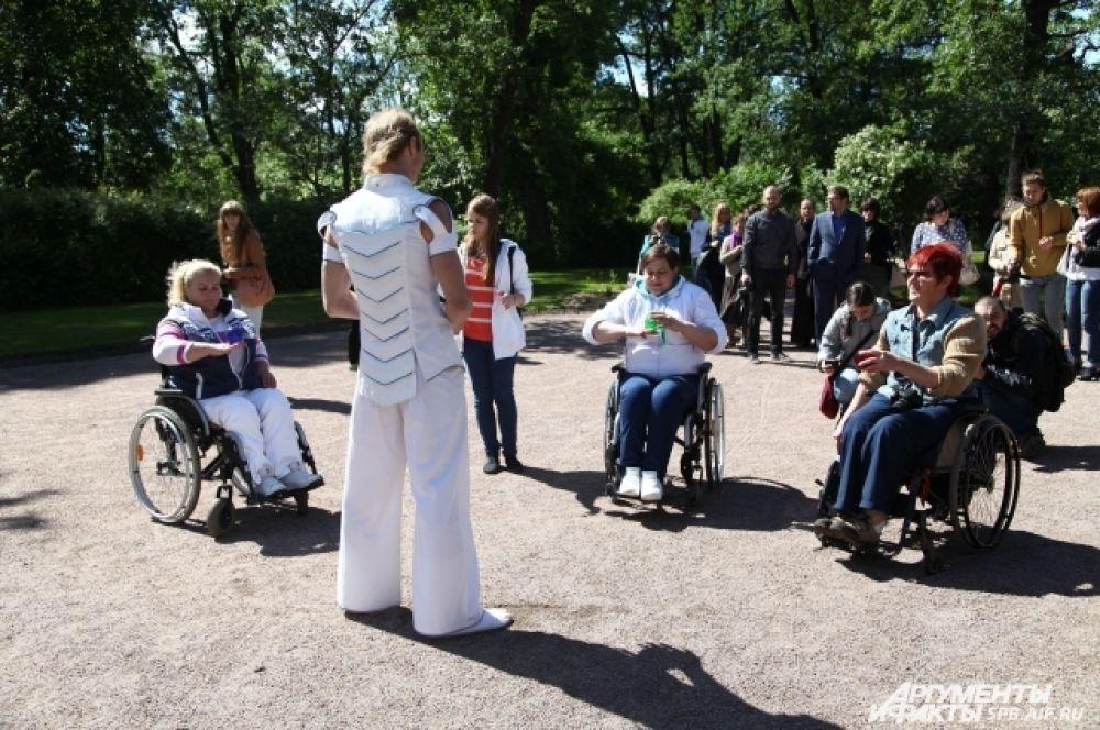На территории появилась экспозиция для людей с ограниченными возможностями.