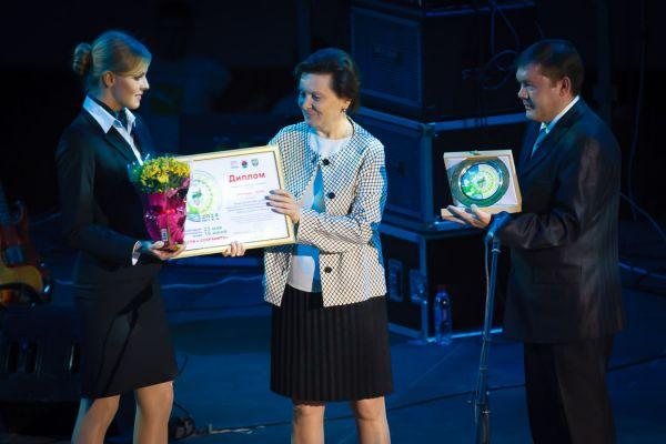 Глава региона Наталья Комарова вручила награды лучшим экологам Югры, среди которых Евгений Вязов, Венер Каипов и Мария Гах.
