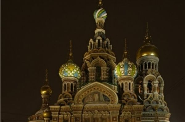 Высота девятиглавого храма - 81 метр, вместимость - до 1600 человек.