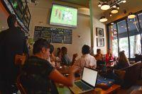 В баре хоть и дорого смотреть футбол, но зато веселее.