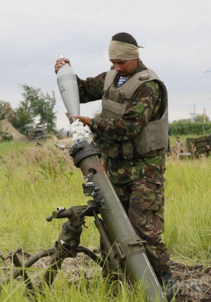 Десантник заряжает миномет на одном из блокпостов сил АТО возле Славянска
