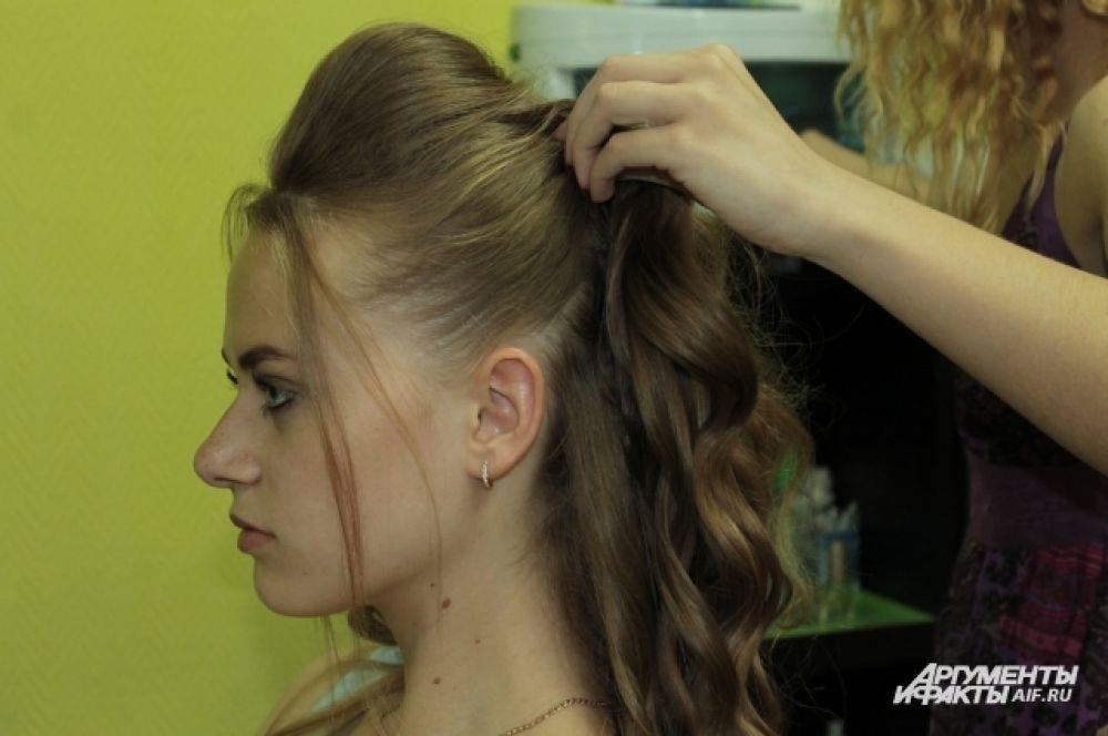 Волосы справа и слева собираем сзади.