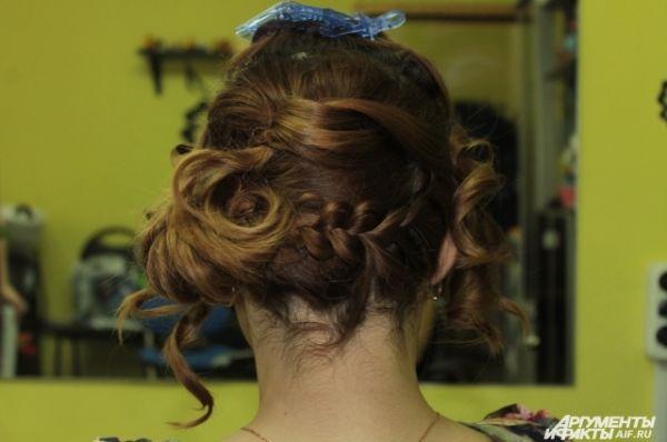 Начёсанные волосы скручиваем и закрепляем на голове.