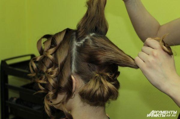 Волосы на макушке разделить на две части.