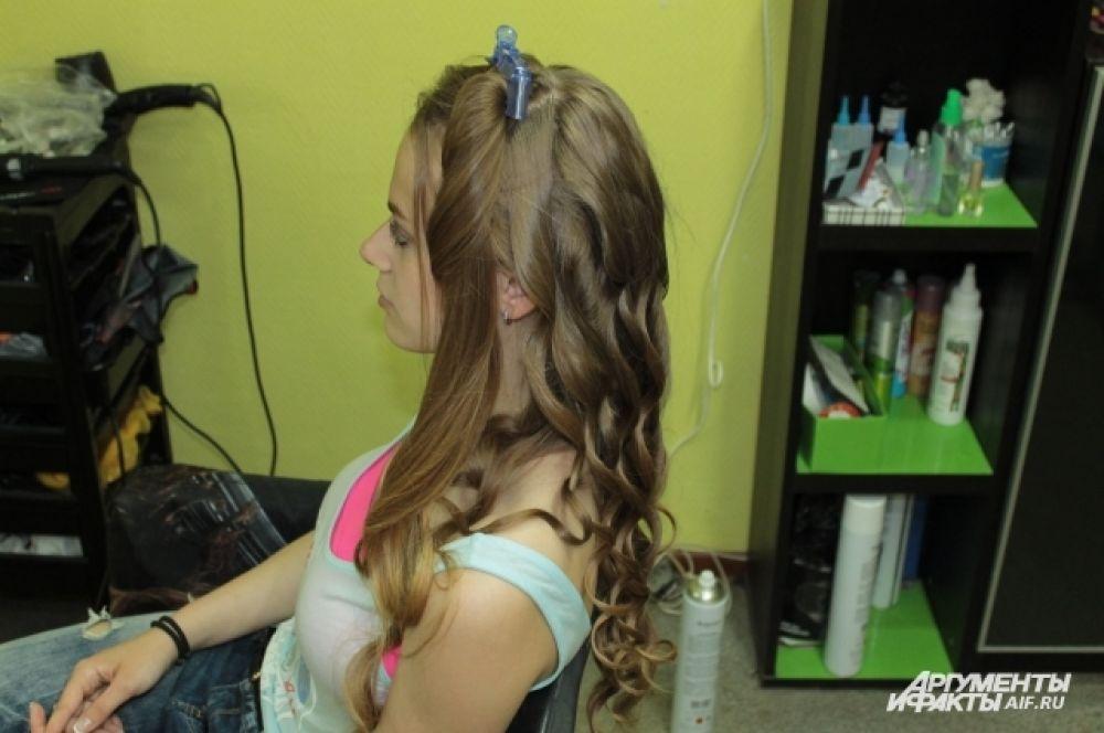 Отделяем переднюю часть волос.
