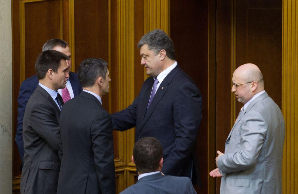 Петр Порошенко поздравляет Павла Климкина с назначением