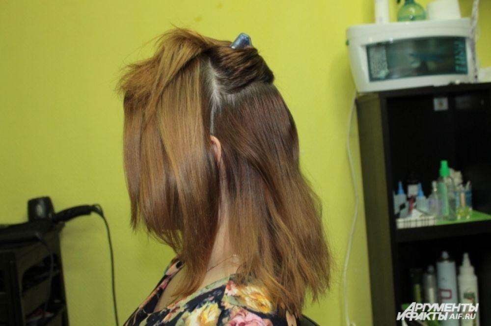 Разделить волосы на четыре части.