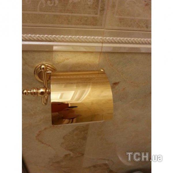 Позолота на деталях сантехники в кабинете Пшонки