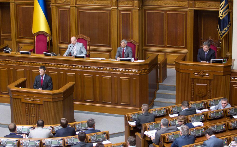Виталий Ярема выступает перед депутатами в ВР