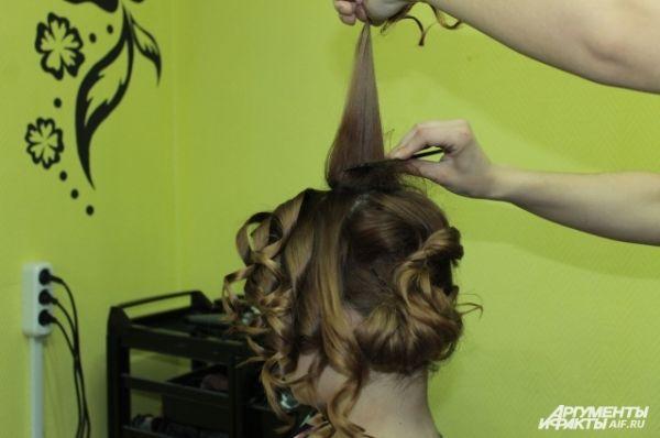 Начёсываем вторую часть волос с макушки.