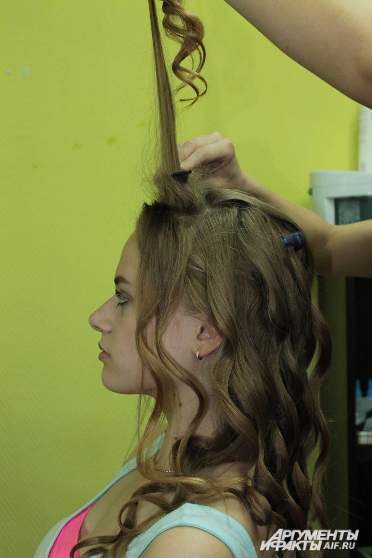 Делаем начёс из волос, которые отделили.